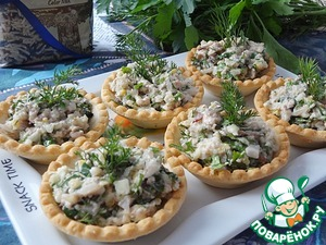 Salad can be served in a vase, and can be decomposed into the tartlets. If you have frozen lemon and boiled rice, this festive and delicious snack made in minutes.