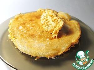 Промазываем каждый блин тонким слоем начинки и складываем их один на другой. Остатками крема обмазываем бока и верх торта. Бока украшаем тыквенными семечками.