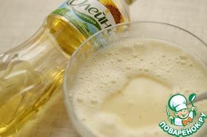 Тонкой струйкой влить молоко, постоянно перемешивая тесто венчиком.