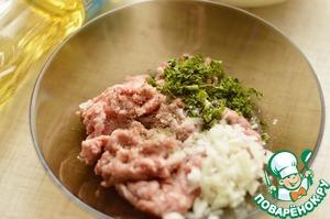 Мясо пропустить через мясорубку.    Лук мелко нарезать.    Смешать мясо с луком, зеленью, посолить и поперчить.    Влить сливки или воду и хорошо перемешать.