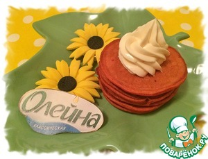 Flowers made of mastic in advance for decoration. From the number of ingredients turned 20 pancakes with a diameter of about 7 cm.