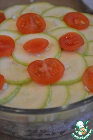 Поверх лука выкладываем оставшиеся кружочки кабачка, помидоры и измельченный чеснок.
