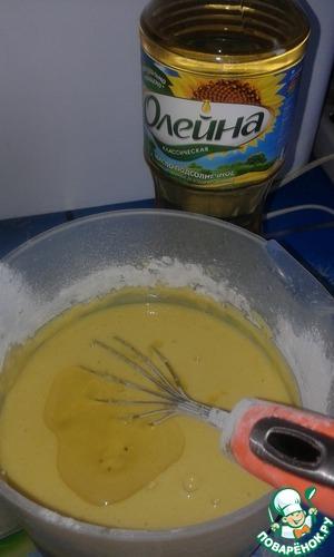 """Влить горячую воду, снова взбить венчиком. Постепенно добавить просеянную муку и растительное масло """"Олейна"""""""