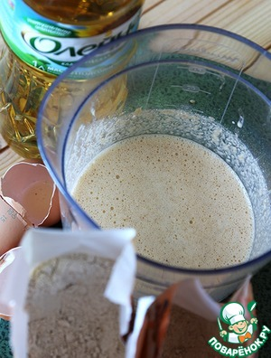 Now prepare the pancakes.  As you know, you can use Your favorite recipe. Today I have pancakes made with spelt and oat flour. Whisk eggs with salt, sugar and flour until the consistency of thick cream, add the butter and milk, mix well, allow to infuse.