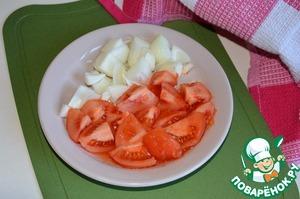Пока баклажаны избавляются от горечи, подготовить помидор и лук.   Помидор окунуть в кипяток, затем обдать холодной водой и обесшкурить. Затем нарезать произвольными кусочками.   Лук почистить и нарезать небольшими кусочками произвольной формы.