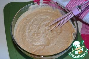 Добавить в соус чеснок (можно через пресс или можно мелко порубить - кому как нравится). Еще раз хорошо смешать.    Добавить по вкусу соль и черный молотый перец.    Мелко нарезанный зеленый лук можно добавить в общую массу - прямо в соус. И другой вариант: посыпать соус сверху зеленым луком при подаче.