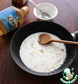 Влить в сковороду сливки, посолить