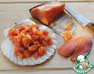 С филе семги снять кожу и нарезать рыбу небольшими кусочками