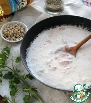 Добавить к сливкам кусочки семги, приправить перцем, перемешать содержимое и снять с огня.