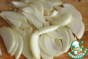 Onion peel and cut into strips along the bulb. Bell pepper also cut into long strips.