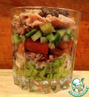 Put in portion cups salad, rice, tomato, cucumber and tuna. Tapenade spread on top.