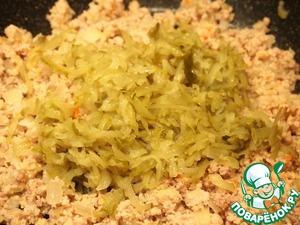 Добавить к луку перекрученное мясо с морковью и огурцы, натертые на крупной терке. Влить мясной бульон, в котором варилась свинина, хорошо перемешать и обжарить 3-5 минут.