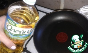 """For the filling in warm water, add sugar, stir and bring to boil. Remove from heat, pour in the milk. Vegetable oil """"they"""" slightly warm in the pan"""