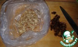 Финики мелко порезать, орехи измельчить