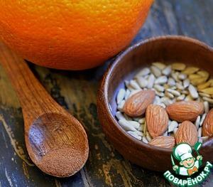Добавить корицу молотую, цедру апельсина, дробленный миндаль и семечки.