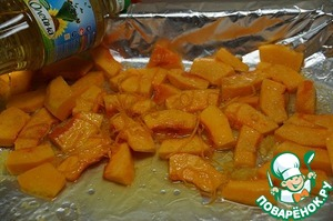 For the cream put on to bake the pumpkin.  Take 500 gr. chopped pieces of pumpkin, with one orange remove the peel, sprinkle on the pumpkin this orange squeezing the juice. The pulp from the orange, too, can add to the pumpkin.  Add 2 tbsp oil and the juice of half a lemon.  If the big lemon - the juice of half a lemon, if the lemon is small, the juice of a whole lemon.  Stir so everything is evenly distributed, and sprinkle top with 2 tbsp sugar.  Put bake in a well heated oven until cooked pumpkin. I have it took 20 minutes.