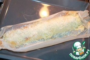 Sent in a preheated 180 gr. the oven for 30 minutes. Then cut the paper in the center disclosed. Sprinkle with remaining cheese. Put into the oven for another 10 minutes. If there is a better on the grill to create a savory crust. For sour cream sauce, mix sour cream, mayonnaise and finely chopped dill. The strudel slightly cooled, cut into portions. Served with sour cream sauce.