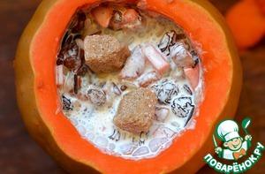 Заложить подготовленную начинку в тыкву, залить сливками. Ложкой слегка размешать, чтобы сливки смогли спокойно достигнуть дна тыквы. Положить 3 кусочка коричневого сахара (3 ч. л).
