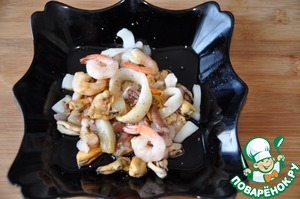 Seafood take out in advance and let it thaw.  You can take any seafood.  I have shrimp, mussels, octopus and squid. I usually squeeze the thawed seafood that was not excess fluid when fighting.  Pour the thawed seafood mix soy sauce and sprinkle with freshly-ground mixture of peppers.