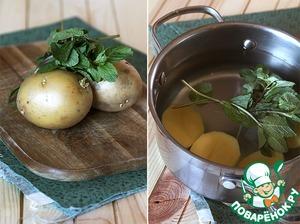Теперь поставим вариться картофель в слегка подсоленную воду, добавив пучок свежей мяты. В идеале картофель должен быть молодой.