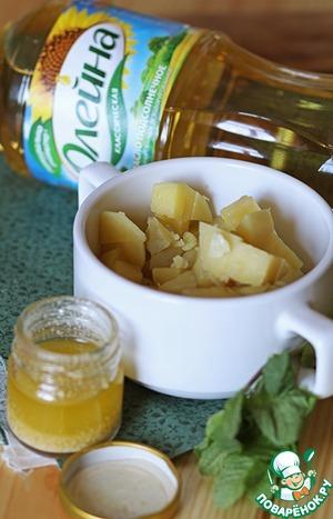 В это время сварился наш картофель. Теперь необходимо его мелко порезать, заправить солью, перцем и соусом по вкусу, посыпать свежей мятой.