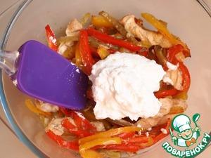 Готовый перец с куриным филе вынуть из духовки, переложить в другую емкость и добавить брынзу, заранее смешанную с кефиром. Хорошо перемешать. Начинка для блинчиков готова.