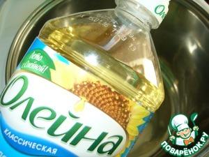 """Для начинки подготовить ананасы- нагреть растительное масло ТМ""""Олейна"""""""