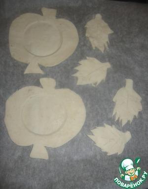 Выкладываем на противень, застеленный пекарской бумагой, слегка выдавливаем в яблоках в центре круг