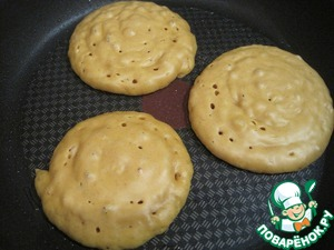 """Bake pancakes on a heated pan, greased with sunflower oil """"they"""""""