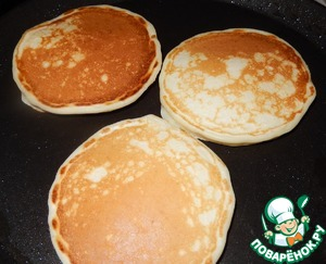 Greased with sunflower oil pan preheat and bake small pancakes on the frying pan 24 cm I have 3 pieces placed. 1 tbsp of dough into a pancake.
