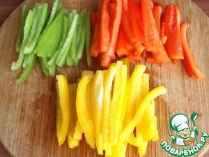 Bulgarian pepper to wash, remove seeds and cut into strips.