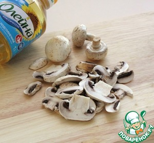 Mushrooms wipe with a damp cloth and cut into thin slices.