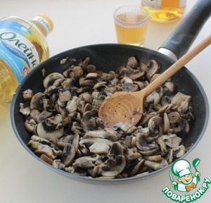 Put the mushrooms in the pan and fry on high heat for 2-3 minutes.