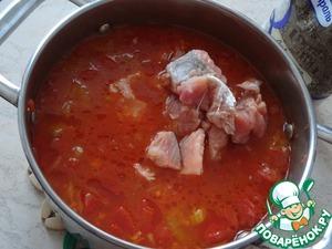 Добавьте рыбу в суп. Проварите минут 5.