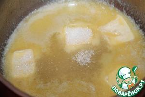 В сотейнике растапливаем сливочное масло, добавляем сахар. Растворяем сахар. По желанию можно добавить корицу.