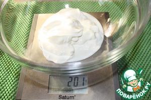Сметана и яйца должны быть комнатной температуры.      В большую миску отмеряем нужное количество сметаны.