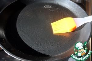 Сковороду смазать маслом и хорошо нагреть.
