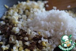 Затем мелко порубить вареные яйца и вместе с отварным рисом, добавить к мясу с луком