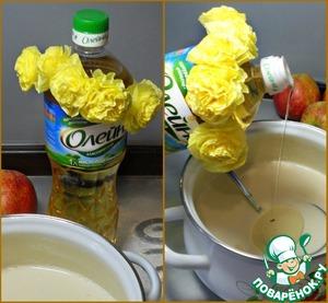 Тесто для блинов я делаю по обычному классическому варианту. В кастрюлю наливаю молока, ставлю ее на плиту на маленький огонь. Довожу молоко до теплого состояния. Пока молоко греется растираю яйца с сахаром и солью. Затем соединяю молоко с яйцами, добавляю муку, соду и подсолнечное масло. Все хорошо взбиваю и выпекаю блинчики.