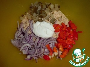 At this time, prepare the filling.  Chicken is sent to the processor, maximum shred. Put in a separate container. Add the chopped onion, bell pepper, finely chopped cucumber and sour cream, stir.