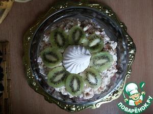 Дальше украшаем торт по своему желанию) Я положила в серединку половинку зефира, и украсила киви, а потом еще и шоколадку потерла на терке и украсила ее бока тортика)