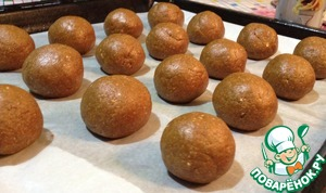 Roll dough balls and put on greased baking sheet, pre-zastelit parchment