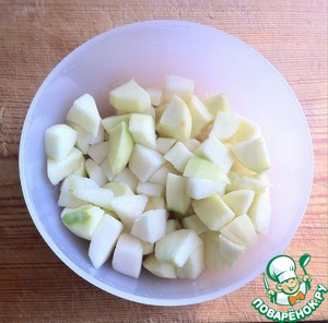 Apples and pear peel, cut into large chunks and sprinkle with lemon juice. The fruit is better to take hard and not very sweet.