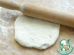 Roll out the bun into a pancake with filling.