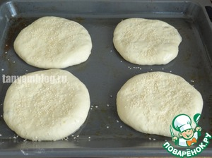 Similar to do with the rest of the dough, lay out the cakes on a greased vegetable oil a baking sheet;  Grease the tortillas with vegetable oil, sprinkle with sesame seeds.