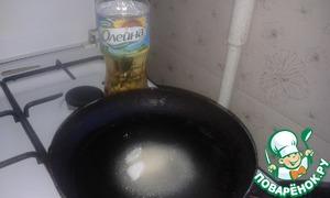 """Для козинаков на сковороду налить растительное масло """"Олейна"""", добавить сахар"""
