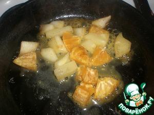 Фрукты очистить, порезать. На сковороде растопить сливочное масло, добавить сахар и потушить фрукты. Влить ложку коньяка и осторожно поджечь спичкой. Фрукты фламбе готовы.