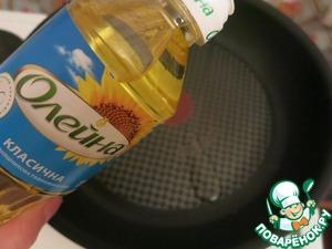 Для блинов взбиваем яйца с солью и молоком, вмешиваем муку с разрыхлителем, свекольное пюре. Подсолнечное масло подогреваем на сковороде и выливаем в тесто. Блины жарим на небольшом огне с двух сторон. Не спешите переворачивать, так как тесто с добавлением овощного пюре более капризное, - дайте блинчику сначала хорошо поджариться с одной стороны.