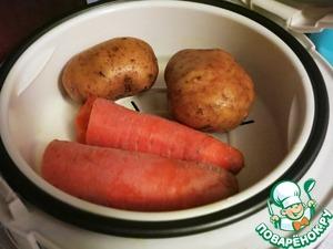 Свеклу, морковь и картофель отварить или приготовить на пару. Я больше всего люблю свеклу запекать в фольге в духовке, а морковь и картофель готовить на пару в мультиварке (30 минут). Овощи почистить, свеклу пюрировать с помощью блендера.