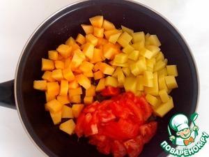 Помидоры вымыть, сделать на каждом крестообразный надрез, выложить в кипяток на 15-20 секунд, затем переложить в холодную воду. С охлажденных помидоров снять кожицу и нарезать дольками, картофель и кабачки – кусочками. Добавить овощи к луку и жарить все вместе 10–15 минут.